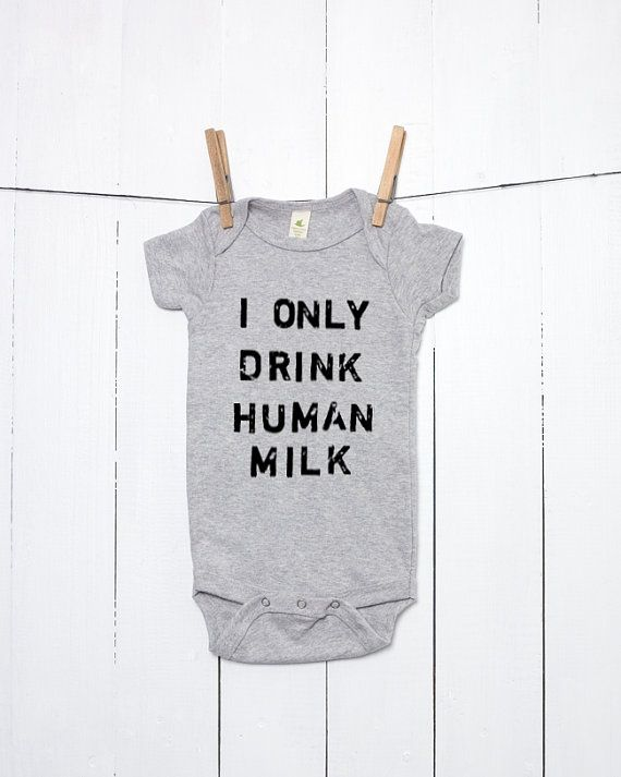Jai que boire du lait humain organique coton un morceau Infant Bodysuit est estampillée en caractères plus grunge en détresse (lettres sont environ