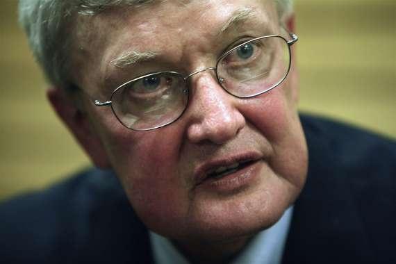 Fallece a los 70 años Roger Ebert, primer crítico de cine en recibir un premio Pulitzer. Escribió para el Chicago Sun-Times por 46 años y tuvo programas de TV relacionados con el cine durante 31 años. En la última década, había estado batallando con el cáncer en la tiroides y en la glándula salival.