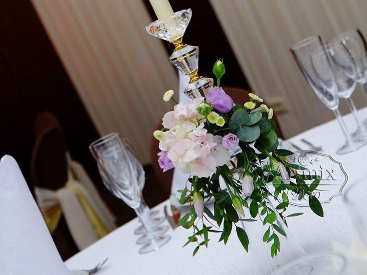 Канделябры оформленные цветами на столе гостей