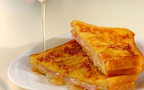 """朝ごはんは、和食派? パン派? パンケーキやエッグベネディクト派? いろんな答えがあるかと思いますが、今回は、朝食にぴったりなカナダ生まれの""""モンティクリスト""""をご紹介したいと思います。 モンティクリストは、外はカリッとした香ばしさ、中はフワフワの食感、そこにトロ~リとチーズがとろける、とっても幸せな気分になれる一品です。まさに、フレンチトーストとクロックムッシュのイイとこ取り! 手間がかかりそうに見えますが、フライパンひとつで簡単に作れます。使う食材も、冷蔵庫に常備していそうなものばかり。時間がなくても手軽に作れるため、忙しいときの強い味方になりそうです。 ■モンティクリスト 調理時間20分 1人分478kcal レシピ制作:料理家 森岡恵 <材料 2人分> 食パン(サンドイッチ用) 4枚 ハム 2枚 スライスチーズ 2枚 <卵液> 卵 2個 牛乳 100ml 塩 少々 砂糖 小さじ2 バター 20g ハチミツ 適"""
