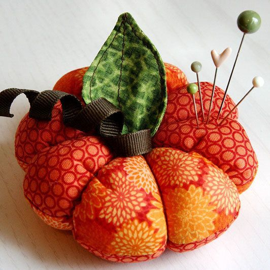 Sewn Pumpkin Pincushion: Sewing, Pincushions Patterns, Pincushions Diy, Pin Cushions, Pumpkins, Strawberries, Halloween Crafts, Pincushions Tutorials, Pumpkin Pincushions