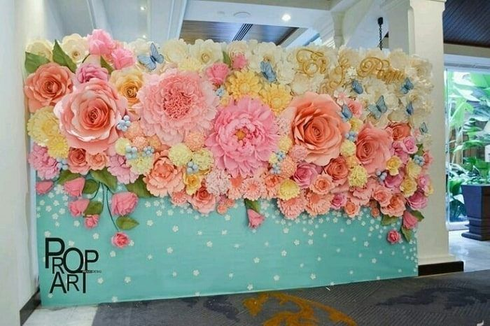 Stunning #DIY #floral #backdrop pops brilliantly at this party! Photo via #bodas