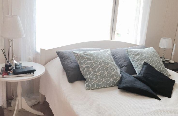 Makuuhuoneen värimaailma. Kuviotyynyt H&M Home:sta.