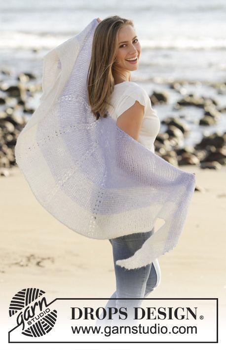 Chal de punto con patrón de calados y franjas en DROPS Brushed Alpaca Silk, tejido de arriba para abajo. Patrón gratuito de DROPS Design.