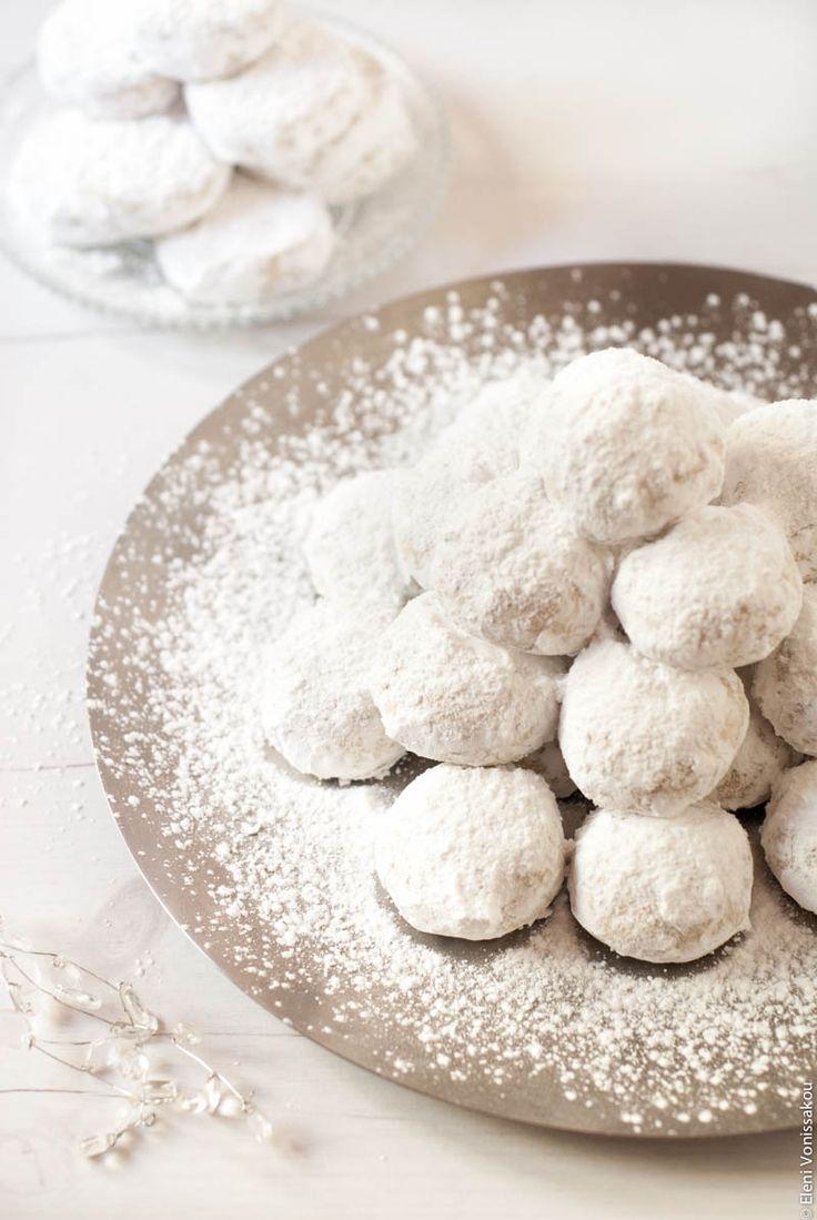 Greek Christmas Almond Shortbread Cookies - Kourabiedes! www.thefoodiecorner.net