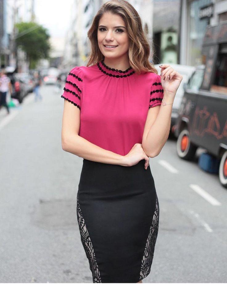 """""""Linda @arianecanovas  com a blusa em crepe manga lace R$125,90 Tam P(38) M(40) G(42) Site para compras  www.sibellemodas.com.br✔️ Compre em 04 x…"""""""