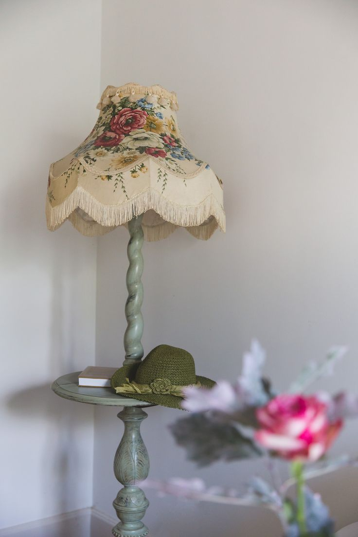 Lovely vintage lamp with beautiful flower details