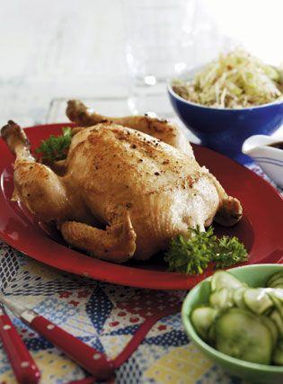 Grydestegt kylling med agurkesalat og kålsalat