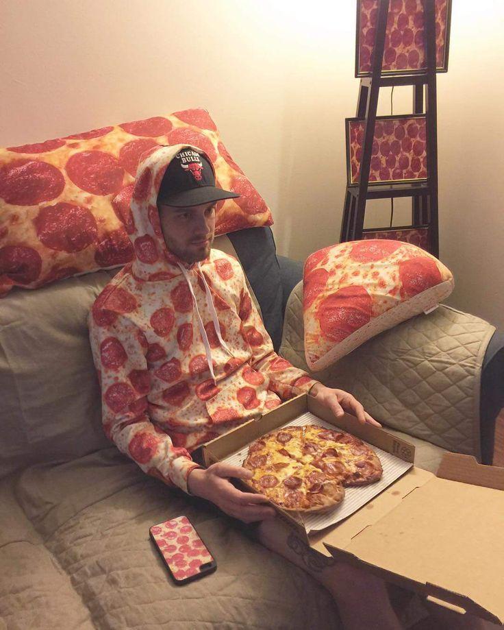 ピザに囲まれすぎだろ! 服もインテリアも「ぜ~んぶピザ柄」なペパロニ青年がネットで大人気に!!