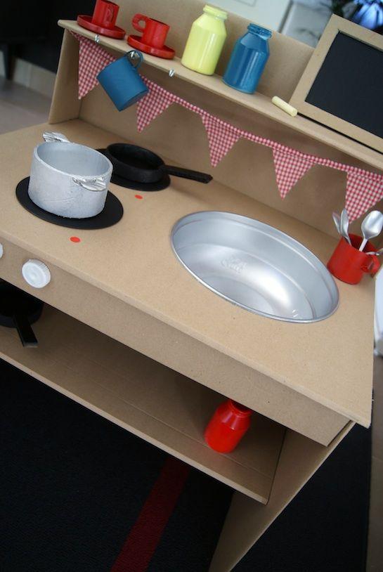 Cardboard toy kitchen IIKitchens Toys, Diy Toys, Cardboard Toys, Diy Cardboard, Toys Kitchens, Cardboard Plays, Plays Kitchens, Cardboard Cups, Cardboard Kitchens