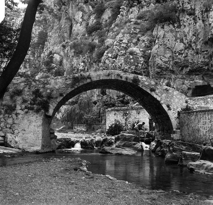 Walter Schröder, μέσα 20ου αιώνα, Λειβαδιά, το γεφύρι των πηγών της Κρύας.