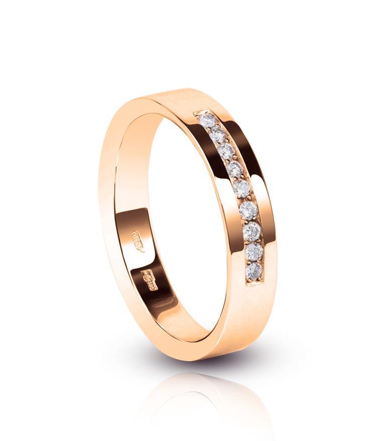Классическое обручальное кольцо с дорожкой из бриллиантов по видимой стороне. Выполнено из розового золота. Стоимость 715$ #artauro #jewellery #diamonds #wedding #wedday #rings