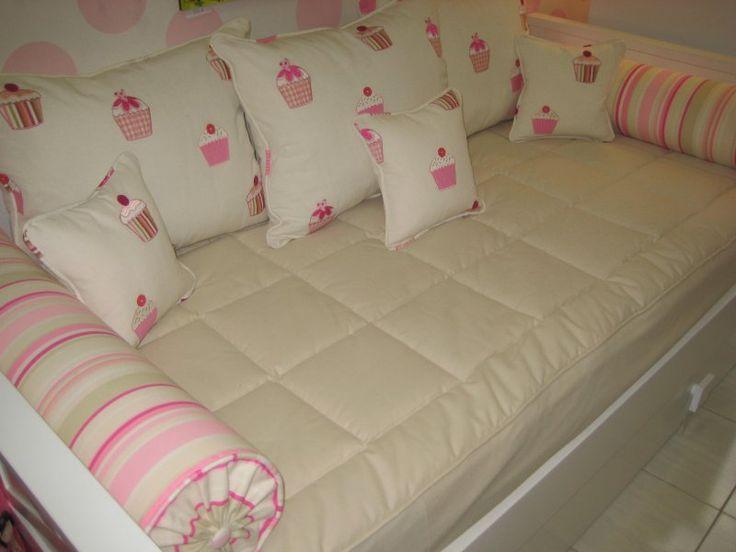 Tapiceria Cupcakes Tapiceria para cama nido compuesta de edredón ajustable con loneta beige, 3 cojines para el respaldo de 65x50 con tejido Cupcakes y 2 rulos de rayas rosas. Para cama de 90x190. Tambien lo realizamos por encargo en la medida que necesite. Consultenos. Composición 100% algodón, lavable. Nota. los cojines pequeños van por separado. Consulte precios.