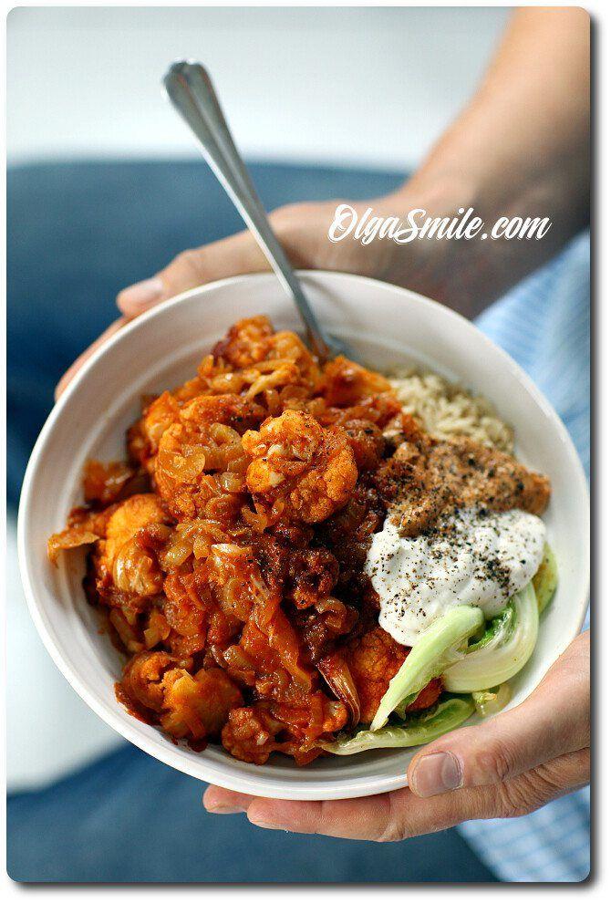Kalafior z pomidorami Dzisiaj na obiad zaproponowałam rodzinie kalafior z pomidorami. To proste i pyszne danie. Kalafior z pomidorami, aromatycznymi przyprawami, zapieczony w piekarniku i podany z pełnoziarnistym ryżem lub ugotowanymi ziemniakami zawsze spotyka się u