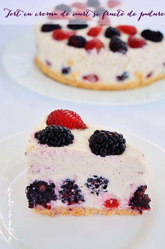 Tort cu cremă de iaurt şi fructe de pădure