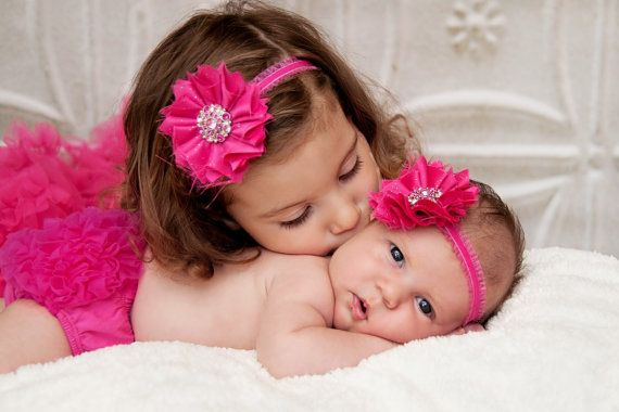 Adorable sister pose & outfits...♥