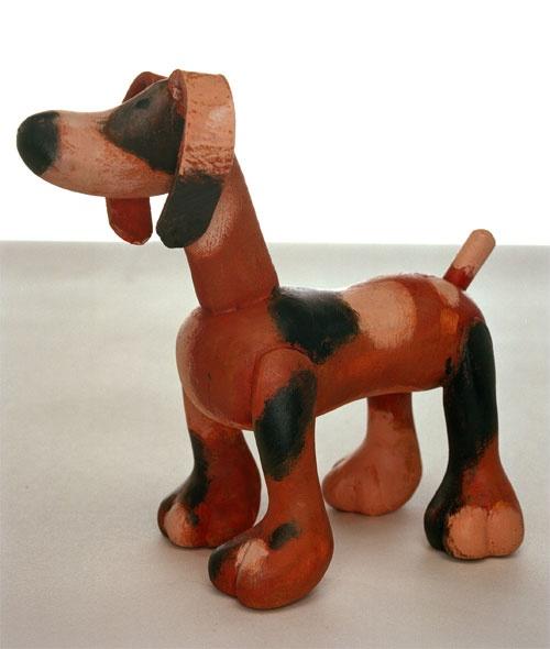 Uit hout gesneden hondje door Aleksandr Vakrameev. Object voor de voorstelling Mamma Belle.