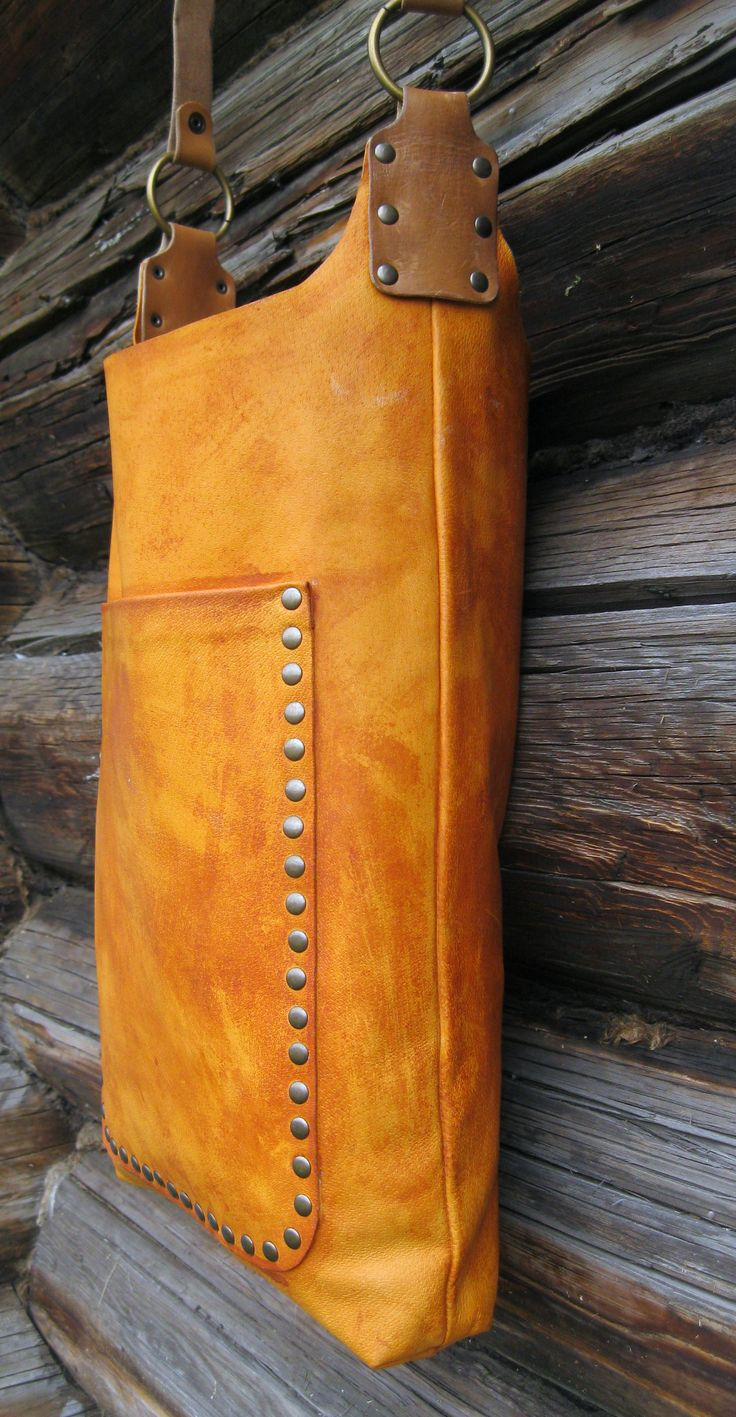 Bag -type shirt , into the outer pocket is placed in the bag IPAD . Handle length is regulated buttons has several fixed sizes . Size: height 45 cm, width 33 cm Color : red Composition : leather