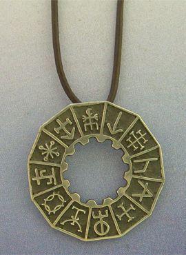 colgante runas vikingas de plata