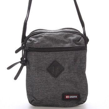 #novinka Šedá pánská taška přes rameno Enrico Benetti. Tato sportovně elegantní taška skvěle doplní nejen sportovní outfit. Zavírá se zipem, má dvě hlavní kapsy a uvnitř další kapsu na drobnosti. Zepředu a zezadu jsou další kapsičky.