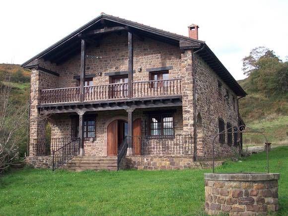 Alquiler de casa vacacional Gándara Rural en Valle de Cabuerniga, Cantabria. Con una capacidad para 8 personas. Dispone de cuatro dormitorios, dos baños, cocina con barra americana, lavaduría, salón comedor y sala de juegos con billar, pequeño gimnasio, etc. También cuenta con dos porches (uno usado también como aparcamiento) y barbacoa. Situada en un terreno de 7,5 hectáreas, en un lugar perfecto para disfrutar con su familia o amigos. A 50 Km. de la estación de esquí de Alto Campoo.