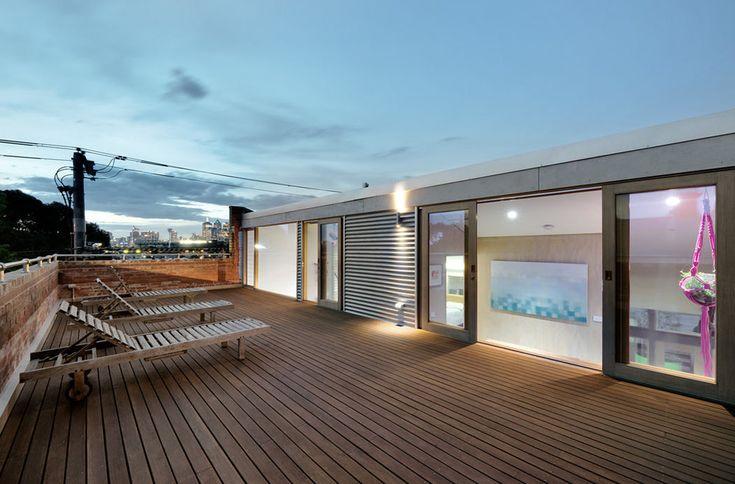 La terrasse sur le toit pour profiter du soleil est à meubler dans un style correspondant à celui du loft