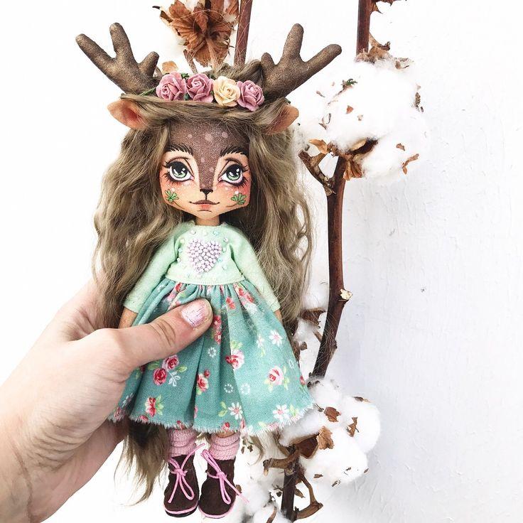 Дом нашла 🏡 Рост куклы около 20 см + рожки Куколка полностью загрунтована. Кукла шарнирная(на деревянных бусинах), ручки и ножки сгибаются и она сидит сама, стоять может с опорой! Волосы натуральные из мохера козочки, можно расчёсывать и делать причёски. Они мягкие и шелковистые. Одежда у куклы съемная. В комплекте: платье из натурального хлопка,  ботиночки из натуральной кожи, носочки и веночек из цветов малбери.  Кукле можно сшить или связать доп. наряды самим, а можно заказать у меня…
