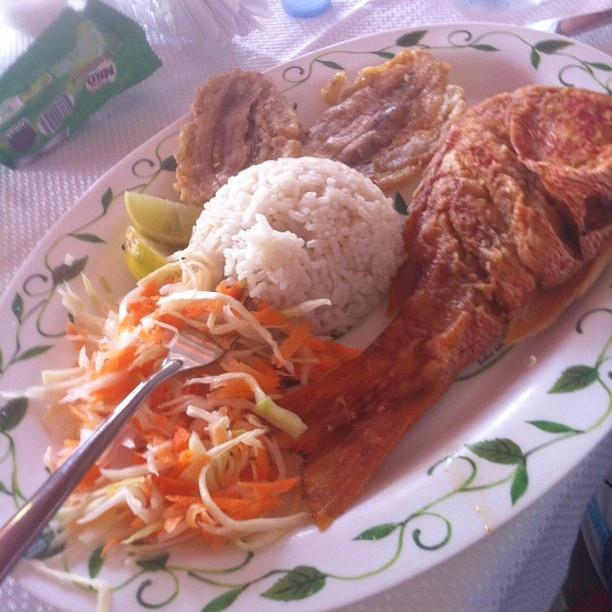 Pargo Frito, arroz con coco y patacón, preparado en Sapzurro en los restaurantes típicos de la región Photo by davidhenaofitness • Instagram