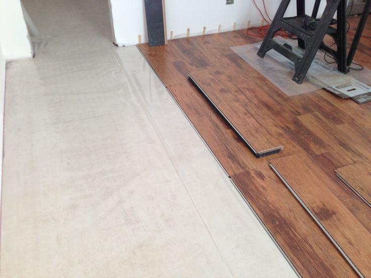 Montaggio di un pavimento flottante in laminato.
