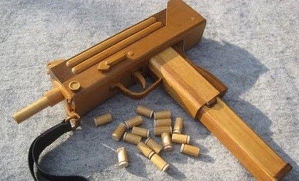 ブローバックして薬莢排出するフルオートの木製「ゴム鉄砲」イングラムM10。世界の銃が全部こうなっちゃえばいいのに。。