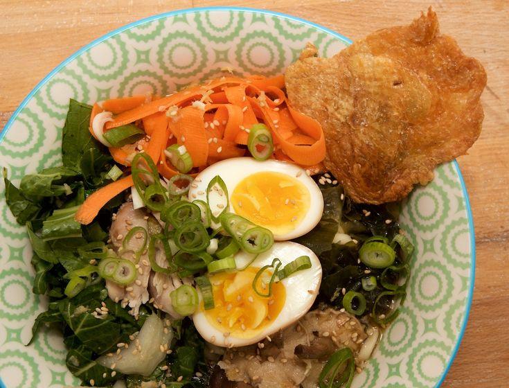 Nachdemwir so begeistert von dem Rezept für Knoblauchramen waren haben wir uns nun wieder an einem Ramen Rezept versucht. Dieses mal mit knuspriger Hühnerhaut undAji Tamago, eingelegtem Ei. Da wi…
