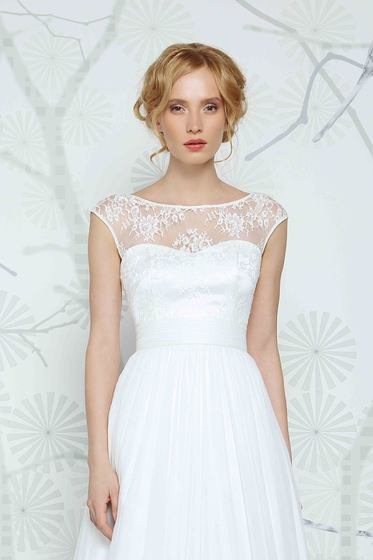 SADONI top ELSA with sophisticated boat neckline in romantic French lace. A trendy twist to the perfect wedding dress.