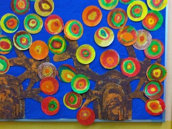 Mural:  Arbre de làmines de cartró i fulles circulars pintades amb ceres toves (Mural G).