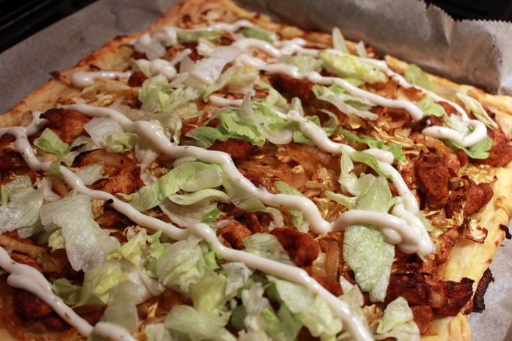 Een feestelijk alternatief nodig voor een broodje shoarma? Maak dan een Shoarmataart met zelfgemaakte kip shoarma! Lekker voor de kinderen, maar ook voor jezelf! Heerlijk met onze romige knoflooksaus.Een feestje voor iedereen! Bereiding We beginnenmet het maken van de kip shoarma. Wanneer deze kip gekruid is, verwarm dan de oven voor op 200 graden. Ontdooi...