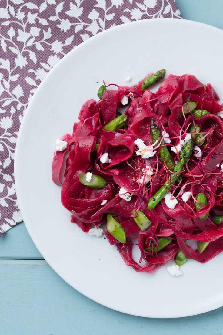 Tagliatelle alla barbabietola con asparagi: colorati e super primaverili.  [Fresh pasta beet root tagliatelle with asparagus]