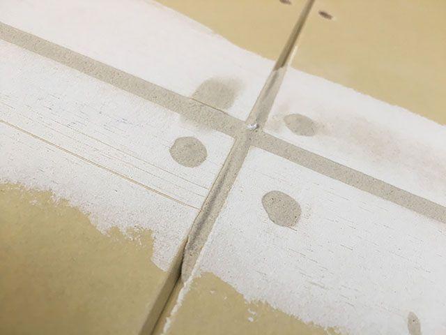 石膏ボード継ぎ目やネジ穴は そのままクロスを貼ると見事にカタチが