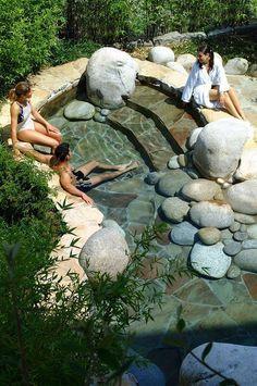 Belebende Gartengestaltung mit kleinem Tauchbecken aus Steinen