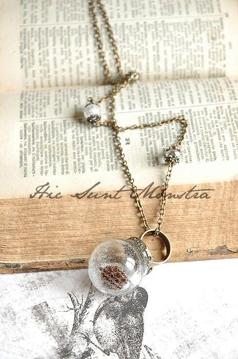 Winter Dream - collana anello con ampolla in vetro, bacche, glitter e cristalli. : Collane di hic-sunt-monstra