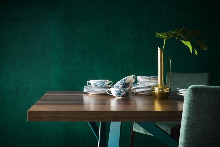 Atmosfera in verde, porcellane decorate e un tavolo di legno...