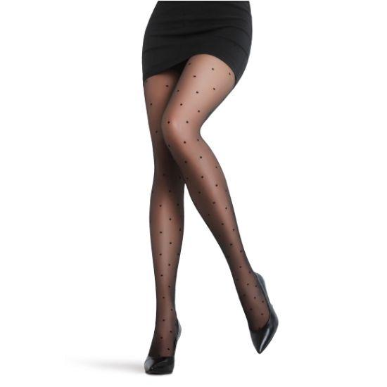 Černé punčochové kalhoty s puntíky Stil Ideální doplněk k retro i klasickým šatům, zcela jistě jimi ozvláštníte svůj outfit. Punčochové kalhoty s drobným černým puntíčkem, který je nadčasový a který miluje snad každá z nás. V klasické černé barvě, se vsazeným bavlněným klínkem a podílem elastanu pro vaše pohodlí, zesílená špička prodlouží životnost kalhot.