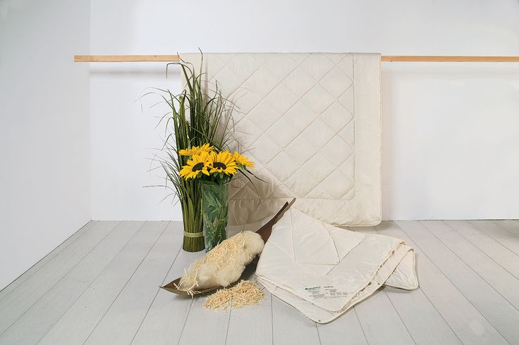 """Die Zirben-Kombi-Bettdecke """"Pecora-Cembra"""" wird mit feinster, äußerst bauschfähiger Schafschurwolle befüllt. Das Besondere an dieser Schafschurwoll-Decke: Hier werden außerdem feinste Späne aus Zirbenholz von Hand mit in die Füllung eingestreut. Eine perfekte Bettdecke für alle, die den positiven Effekt und aromatischen Duft von Zirbenholz genießen möchten und eine flexible 4-Jahreszeiten-Decke suchen."""