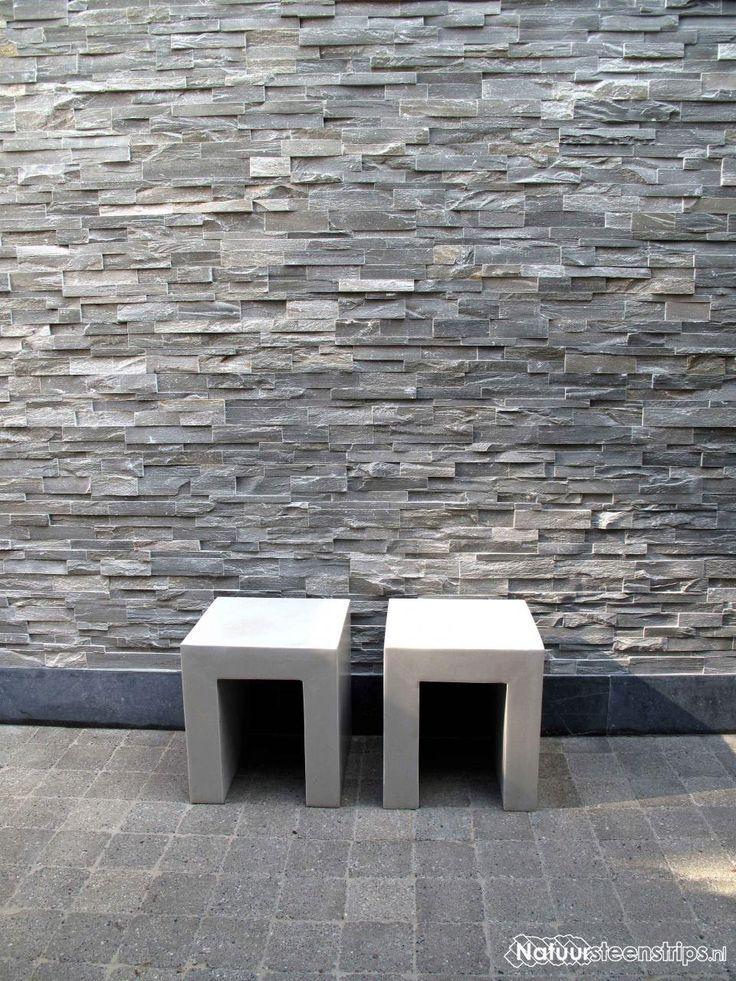 Verwerking sierstrips - natuursteenstrips Grijs Kwartsiet op een buitenmuur. Sfeervolle en moderne aankleding van de tuin.