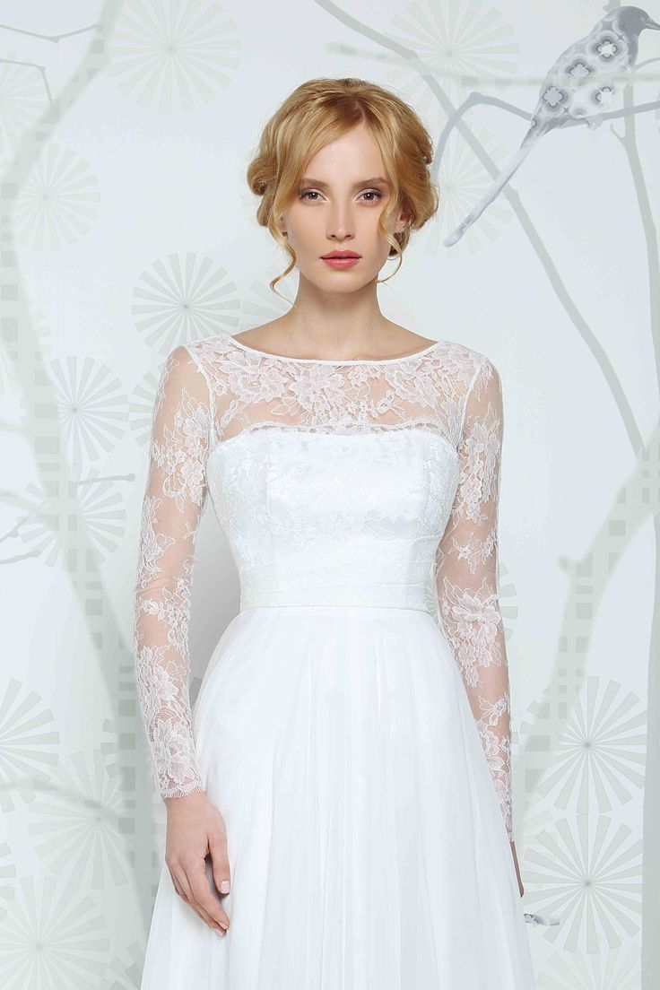 SADONI top ELON with long sleeves in nostalgic French lace. A modern twist with an elegant look.