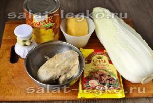 Ингредиенты для приготовления салата из пекинской капусты, курицы и ананаса