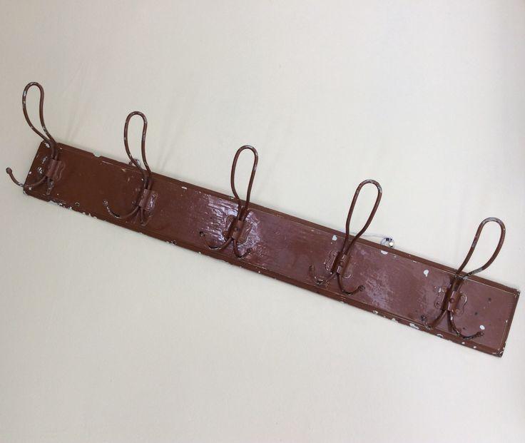 puupohjainen naulakko 40 luvulta Ranskasta . leveys 71 cm . korkeus 15 cm . @kooPernu