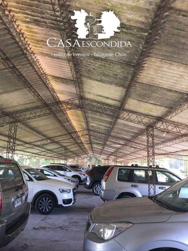 Antiguo gallinero transformado en estacionamiento para 250 autos.