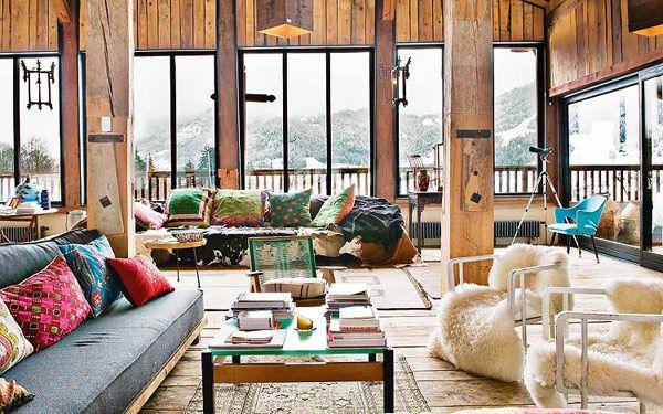 フランスのアルプスに位置する、スキーリゾートで有名な街、ムジェーブより、『多国籍のボヘミアンテイスト×北欧モダン家具』の組み合わせがオシャレな、ロッジ風ハウスをご紹介です。 こちらのお宅は元々、農家だったお家で、どこかな …