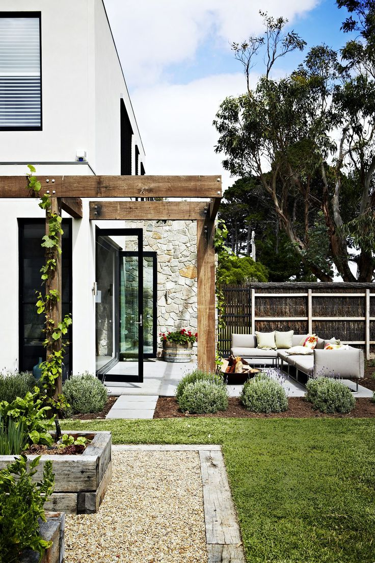 "The charming garden evokes villas in Italy. Key plants include French lavender, red geraniums and ornamental grapevine (*Vitis Vinifera*), which has beautiful burgundy foliage in autumn. Gloster Designs Cloud **sofa**, [Cosh Living](http://coshliving.com.au/?utm_campaign=supplier/|target=""_blank""). Brad **fire pit**, [Robert Plumb](http://www.robertplumb.com.au/?utm_campaign=supplier/