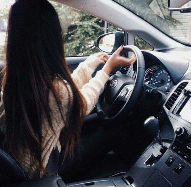 Девушка с черными волосами в машине картинки