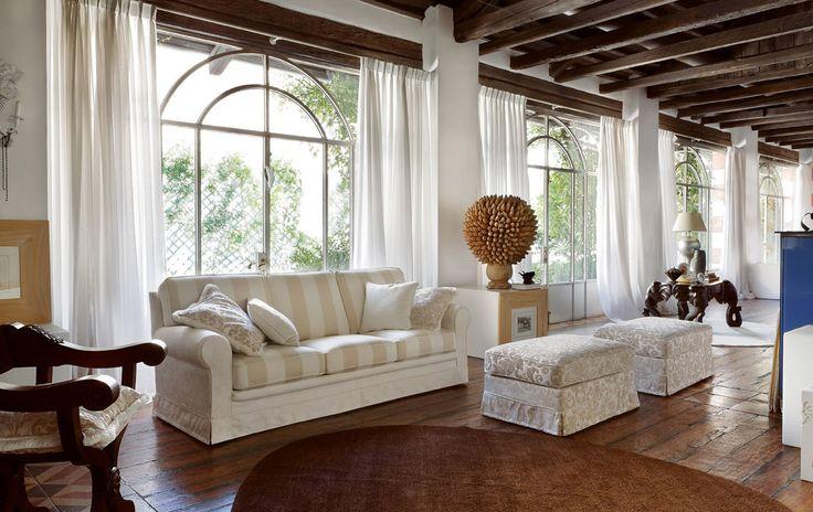 <strong>Táto elegantná sofa s aristokratickým tvarom je navrhnutá s jemnosťou a zmyslom pre štýl. <br><br></strong><strong>Konštrukcia je vyrobená z borovicového dreva so špeciálnych panelov E1 triedy dreva, s nízkou emisiou formaldehydu.</strong><br><br>Sedadlo a vankúše operadla sú vyrobené z nedeformovateľnej polyuretánovej peny s hustotu 30 kg / MC a 18 kg / MC, poťah je úplne odnímateľný. Každá sedačka zahŕňa v cene zadn...